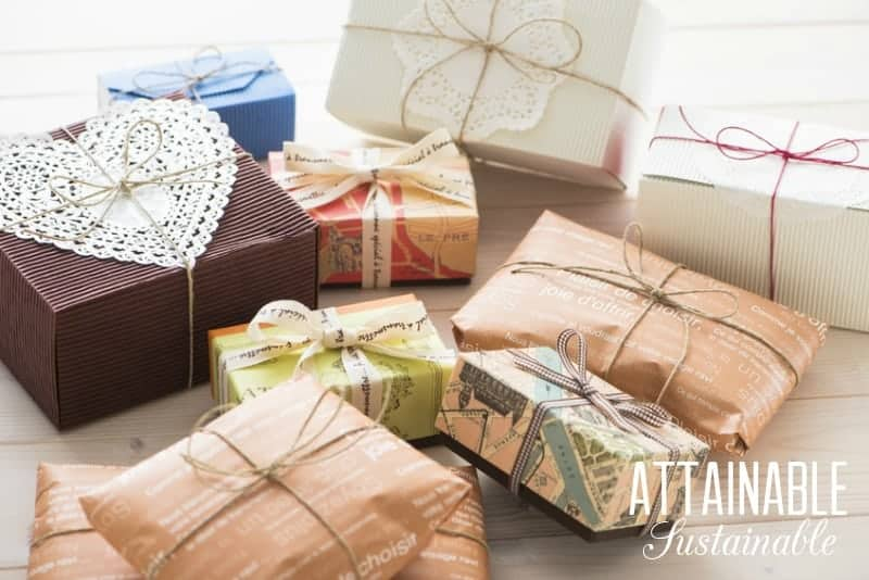 Holiday time means presents! These Christmas gift wrapping ideas feature eco friendly gift packaging to eliminate waste and single use gift paper.